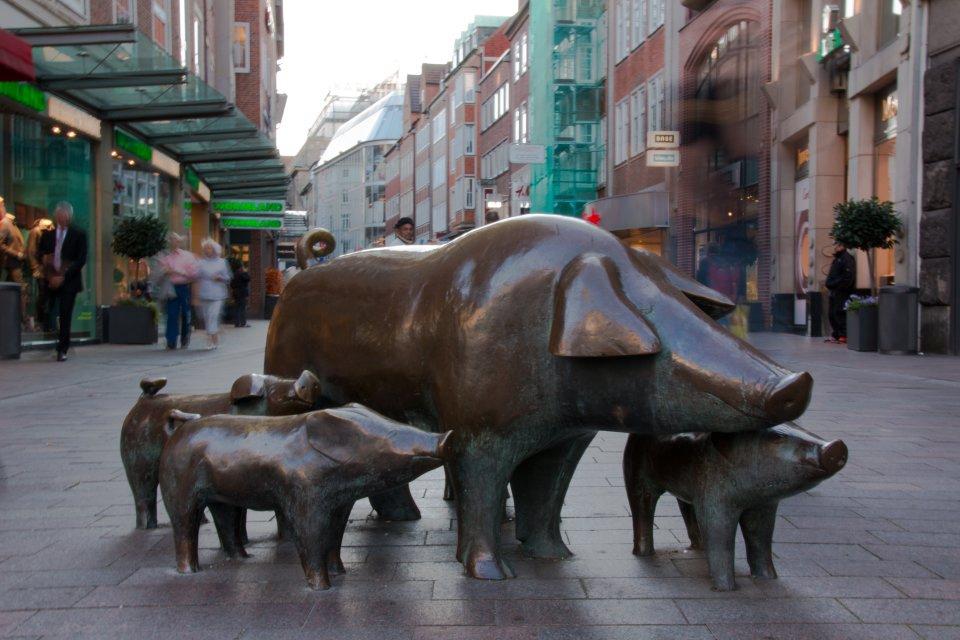 pigs bronze statue