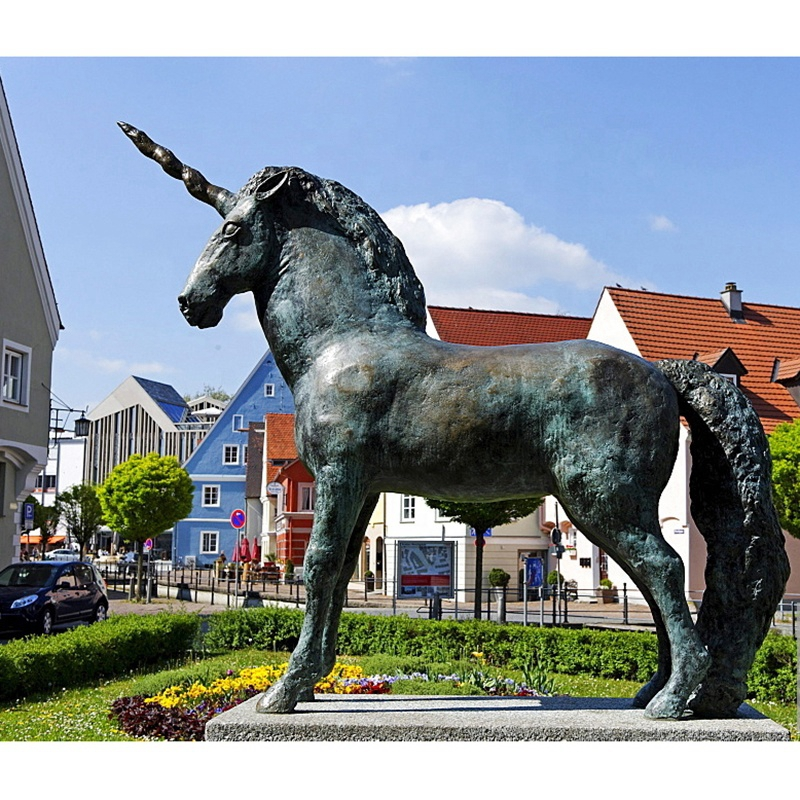 garden horse statue