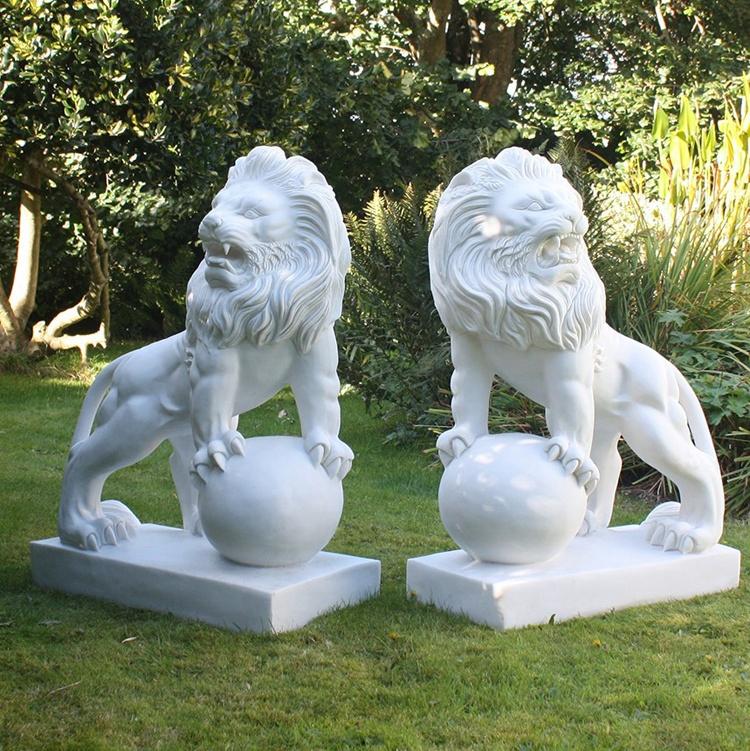 sculpture en bois lion