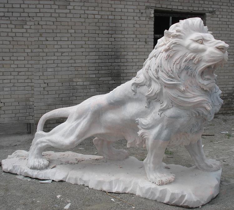 roaring lion sculpture