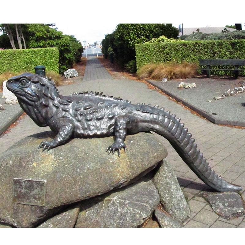 bronze lizard statue