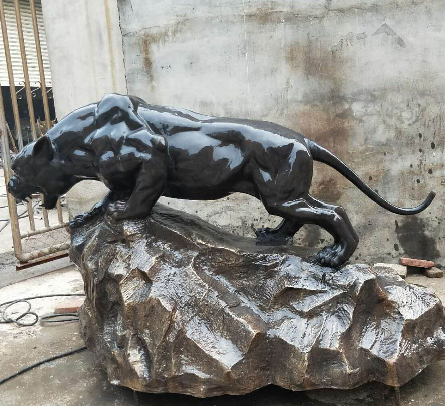 leopard sculpture angrily
