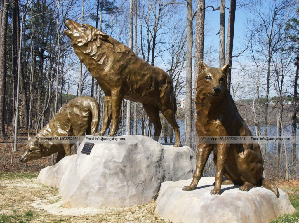 Realistic Bronze wildlife howling red wolf sculpture For Outdoor Decoration