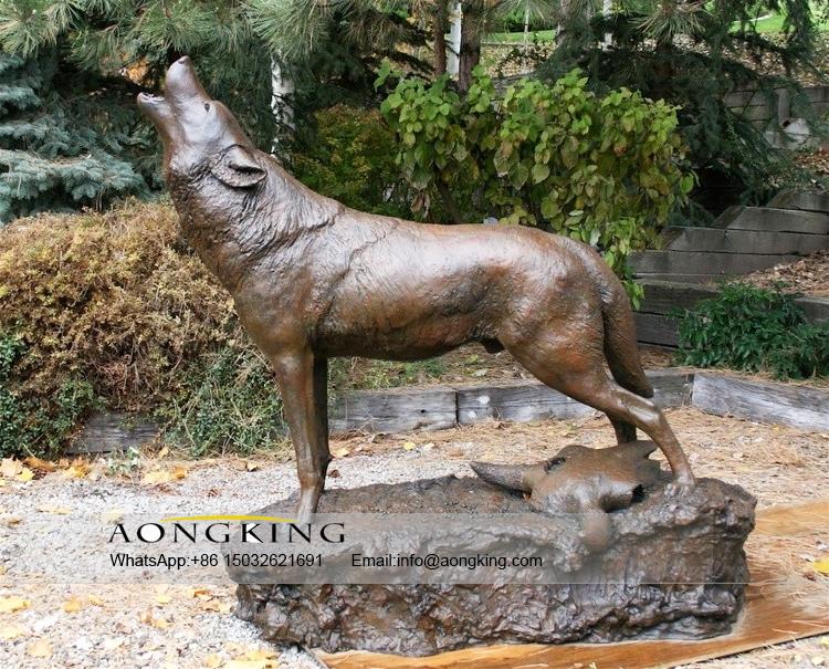 Garden howling wolf statue