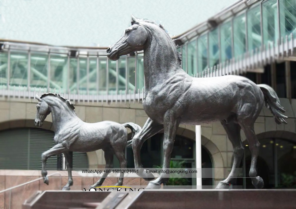 Horse sculpture for outdoor court