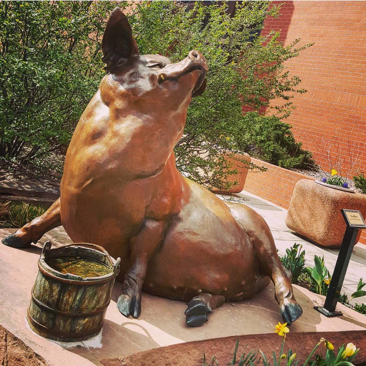 Top sale artificial carved bronze pig sculpture for outdoor decoration