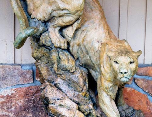 Mountain female lion statue for landscape bronze sculpture