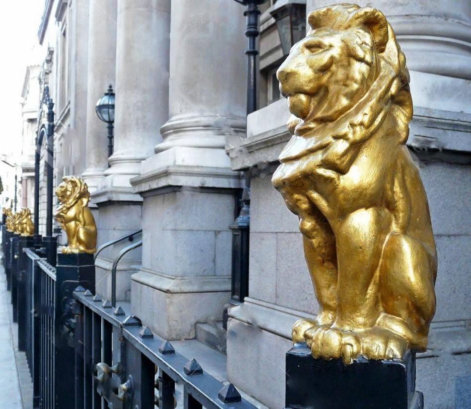 Sitting cold blooded animals golden lion sculpture