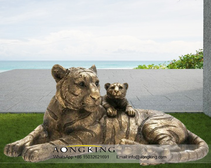 Mountain animal artwork tiger Bronze statue with baby Tiger