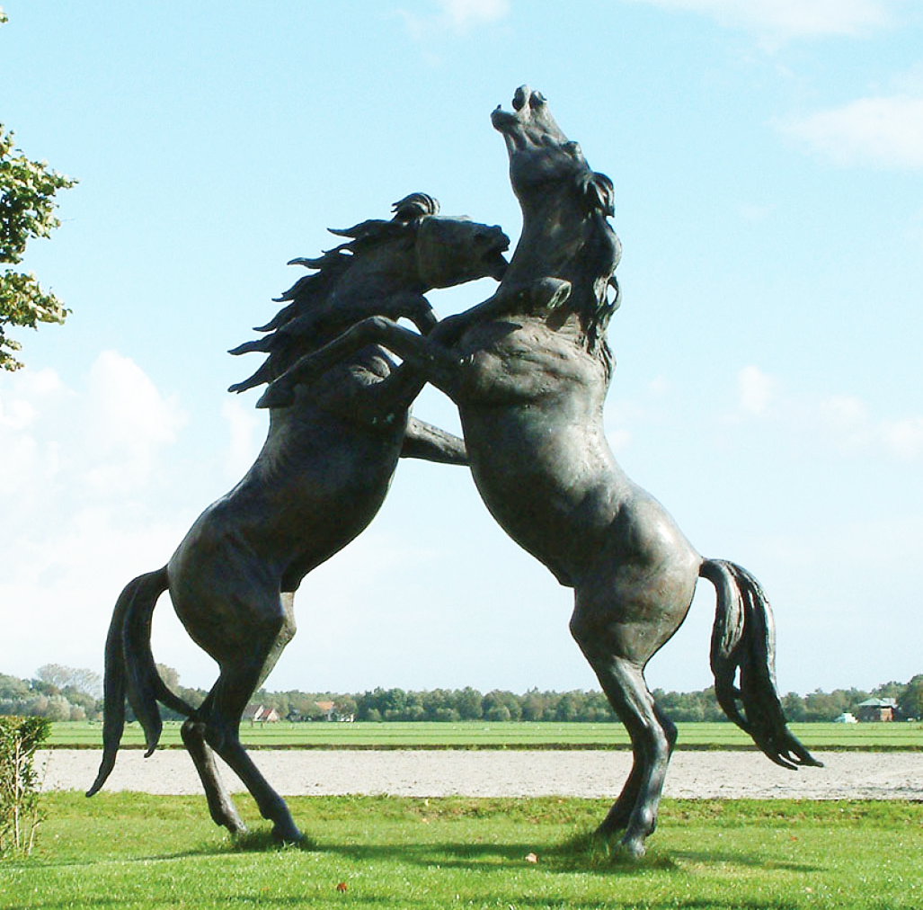 Handmade customized major fight between two wild famous horses sculpture