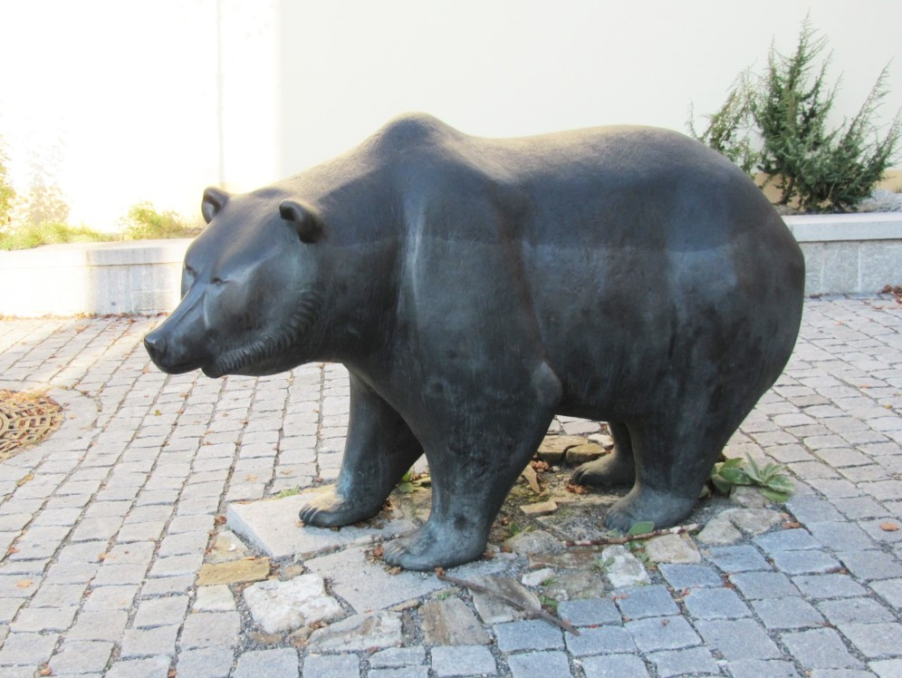 Welcome bear statue for zoo