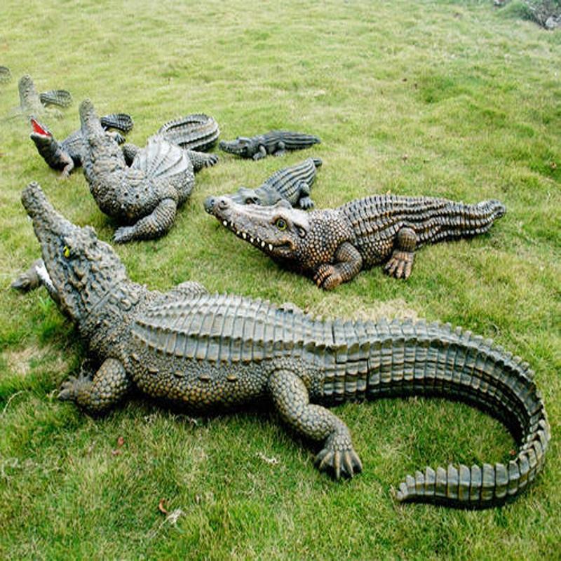 Contemporary lifelike customized reasonable price glass alligator sculpture