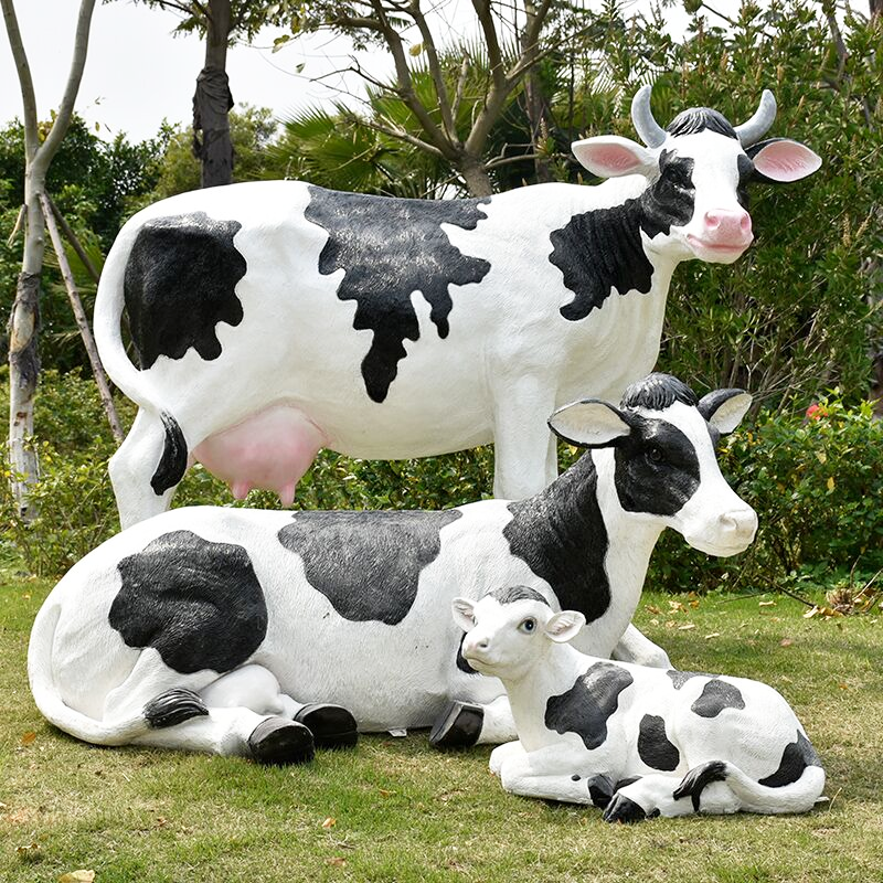 Artificial carved custom reasonable price glass cow sculpture for lawn decoration