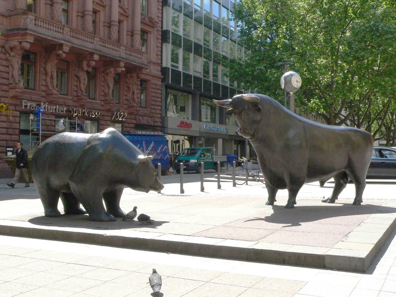 bronze bull and bear sculptrue